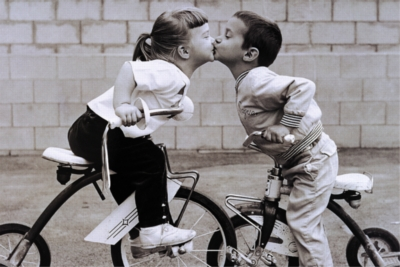 Tricycle Kiss - 1000pc Jigsaw Puzzle by Tomax