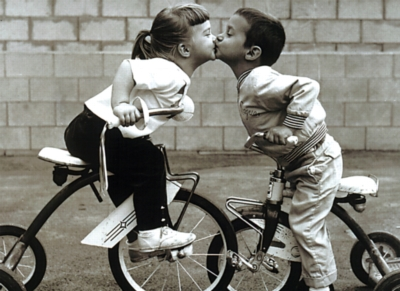 Tricycle Kiss - 500pc Jigsaw Puzzle by Tomax